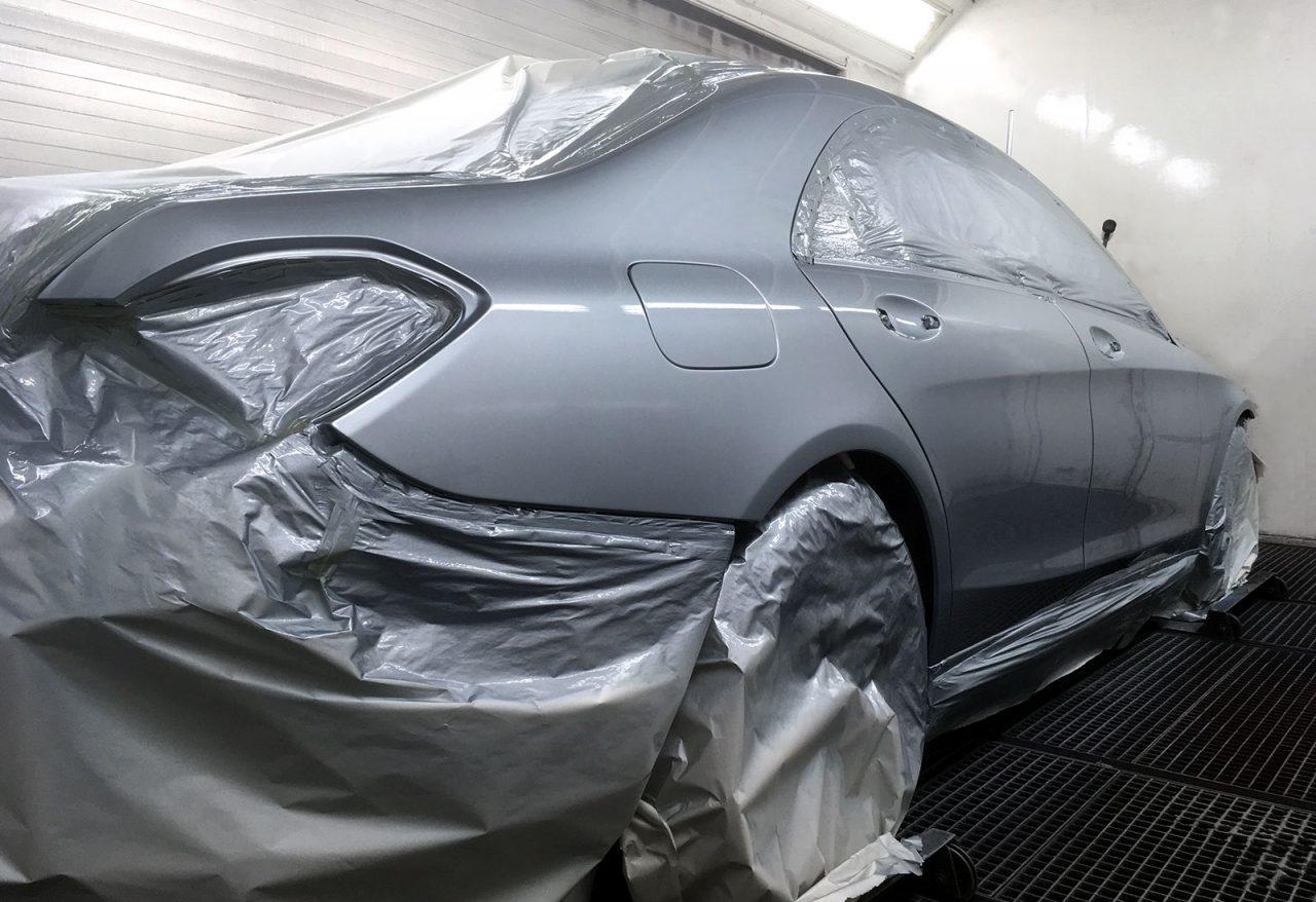 Mercedes E Klasse in der Lackier Kabiene